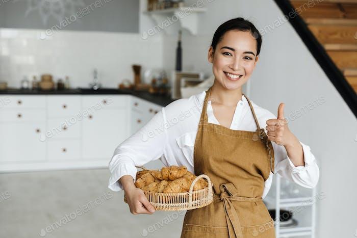 Lächeln attraktive junge asiatische Frau tragen Schürze