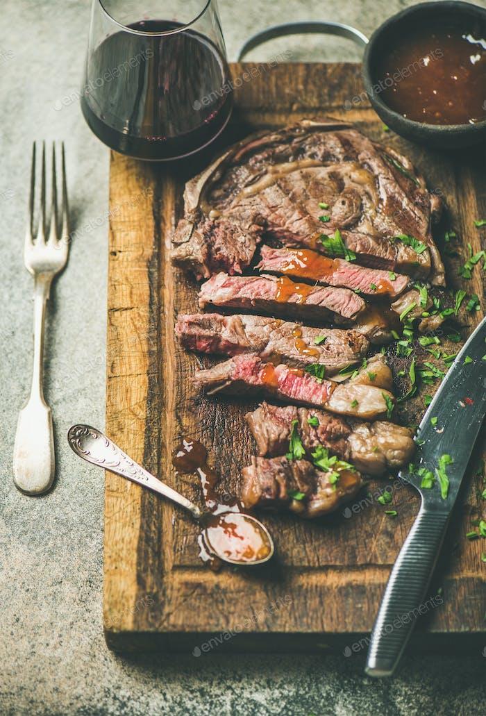 Gegrilltes mittelseltenes Ribeye Rindfleisch Steak mit Rotwein