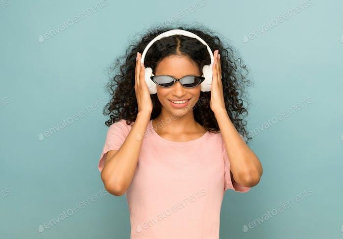Trendy doninican Mädchen Musik hören