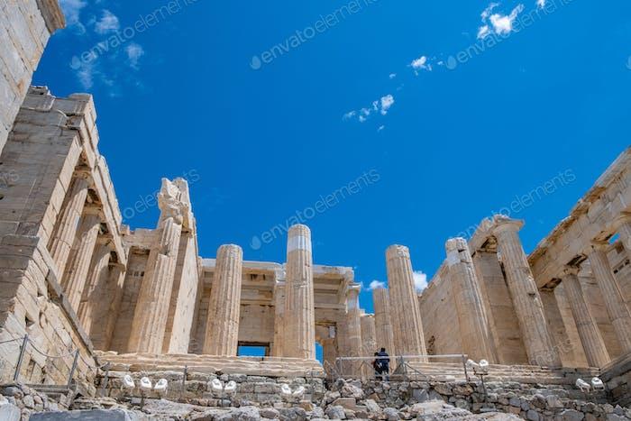 Athen, Griechenland. Propylaea in der Akropolis, monumentale Tor, blauer bewölkter Himmel im Frühjahr sonnigen Tag.