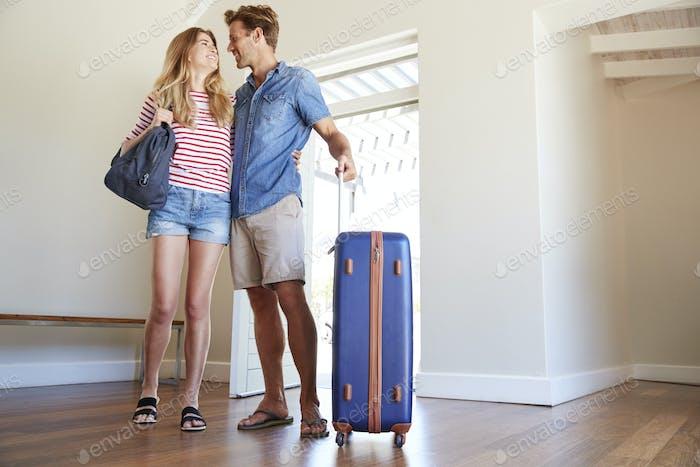 Пара прибывающих в летний отпуск Аренда