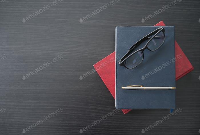 Gläser und Buch auf dem Holzschreibtisch-5