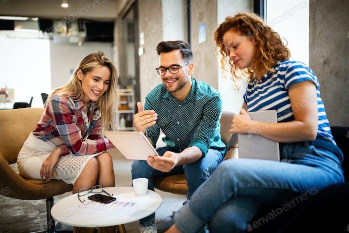 Gruppe von Geschäftsleuten und Softwareentwicklern, die als Team im Büro arbeiten