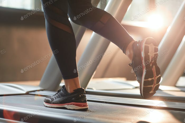 Frau läuft auf Laufband