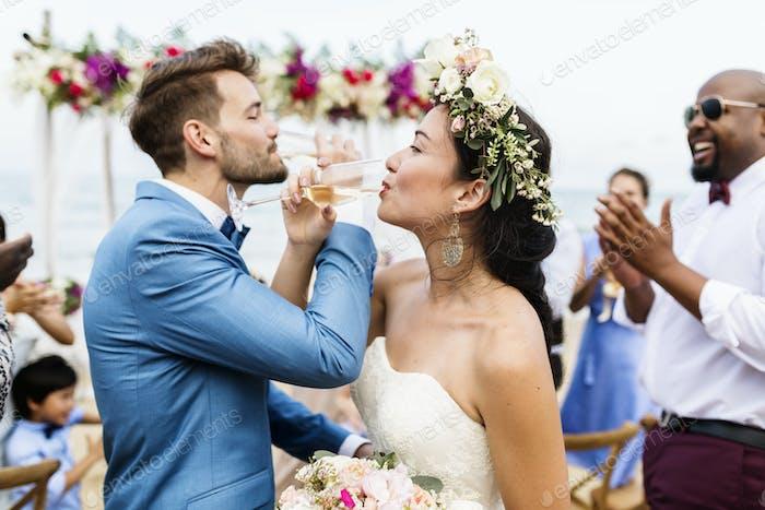 Fröhliches Brautpaar am Strand Hochzeit Zeremnoy
