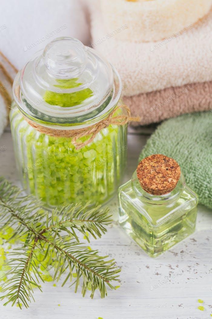 Naturkosmetiköl, Meersalz, Gesichtsmaske und natürliche handgemachte Seife mit Nadelextrakt