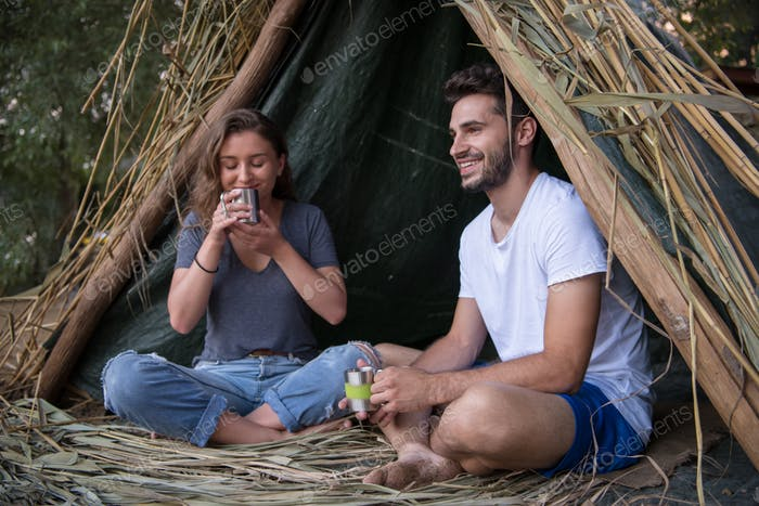Paar verbringen Zeit zusammen im Strohzelt