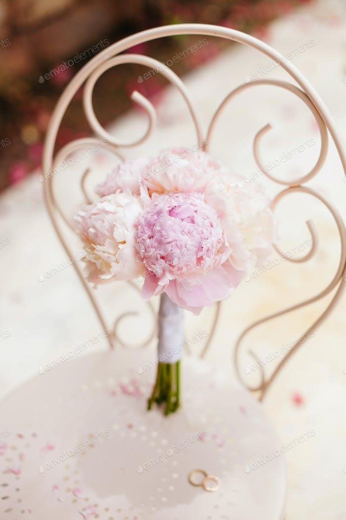 sanfte Hochzeitsstrauß Pfingstrosen mit Ringen
