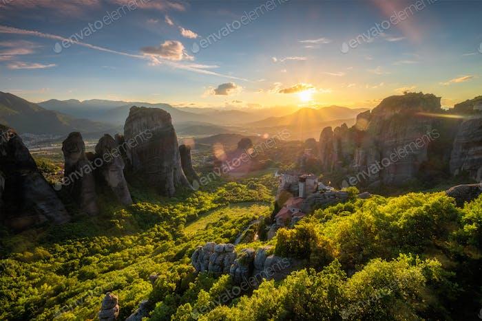 Puesta de sol sobre monasterios de Meteora