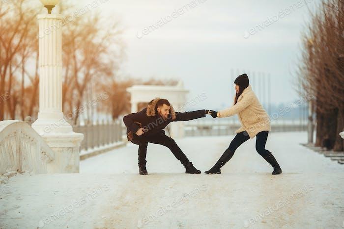 Mann und Frau herumtäuschen im Park