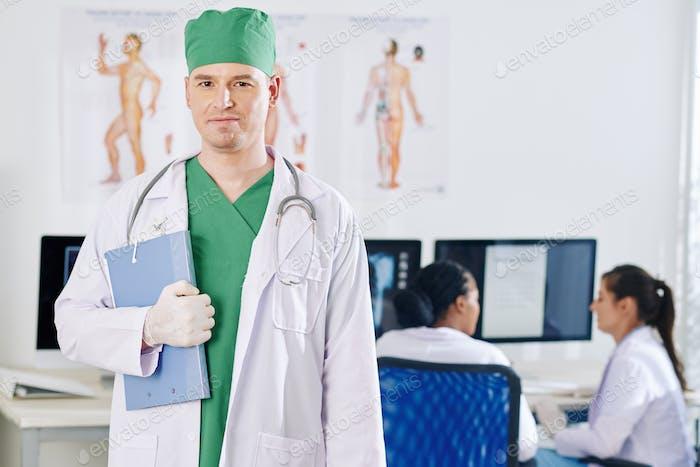 Selbstbewusster Hausarzt
