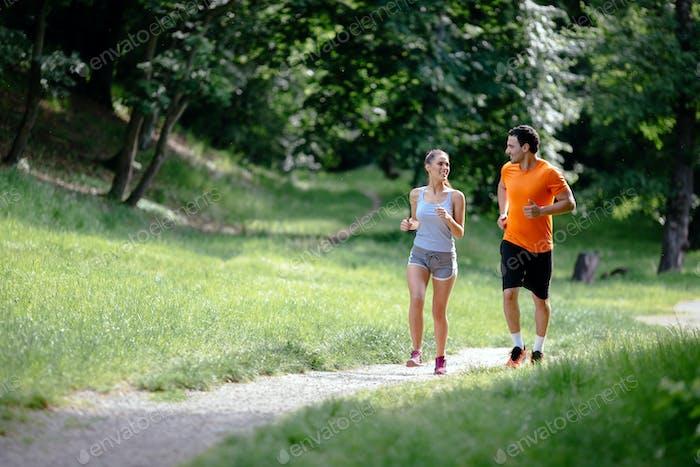 пару бег трусцой на открытом воздухе