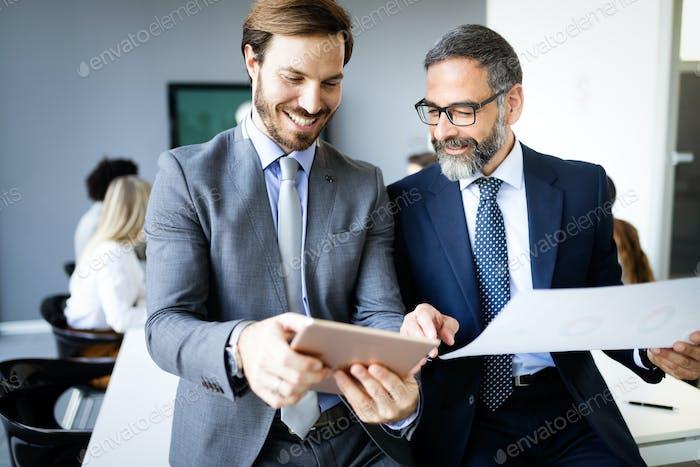 Erfolgreiches Unternehmen mit glücklichen Arbeitern. Business Team Bürokonzept
