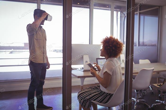 Geschäftsmann mit VR Brille mit Geschäftsfrau im Büro