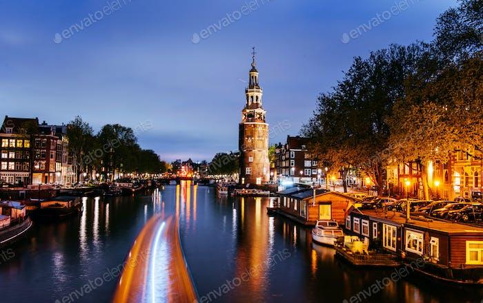 Schöne Nacht in Amsterdam. Beleuchtung von Gebäuden