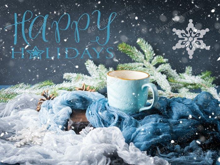 Tarjeta de invierno con el café que desea Felices fiestas