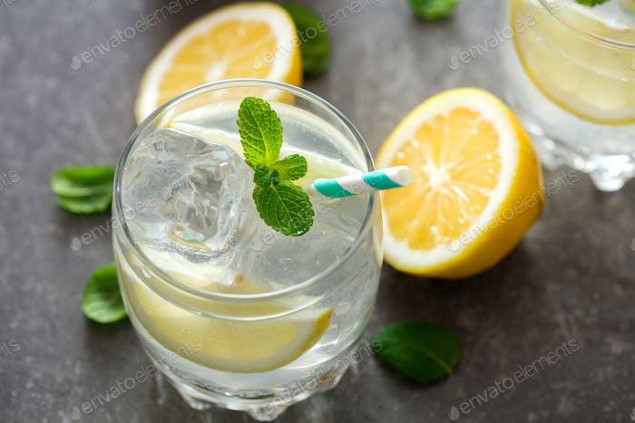 Два стакана лимонада