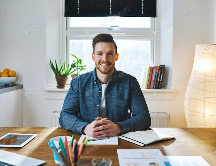 красивый бородатый человек в стол