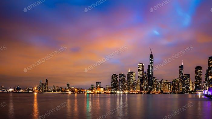 Panoramablick auf Chicago City Hochhäuser bewölkt Himmel am Abend