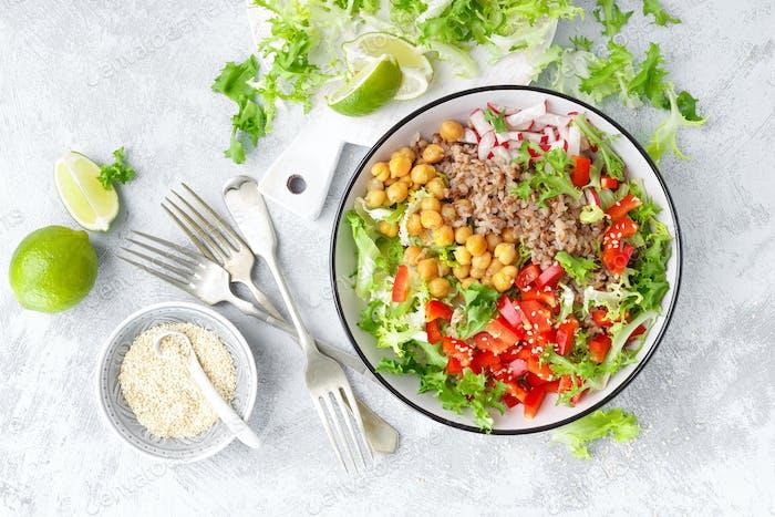 Schüssel mit Buchweizen und Salat aus Kichererbsen