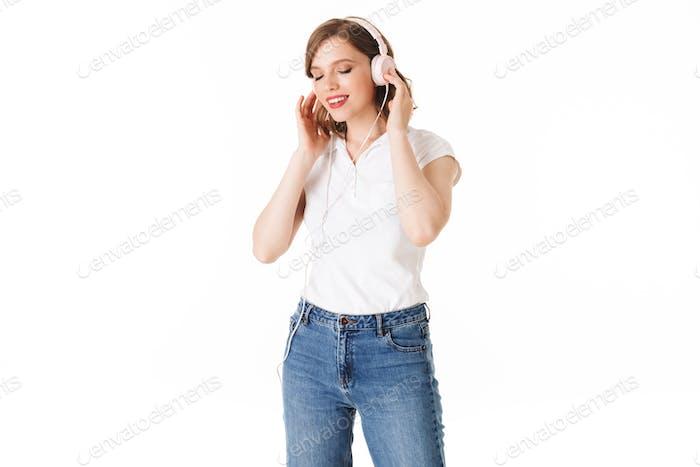 Porträt der schönen Dame in Kopfhörer Musik hören während träumig schließen ihre Augen