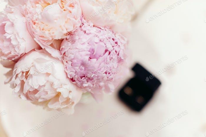 sanfte Hochzeitsstrauß Pfingstrosen mit Ringen Hintergrund