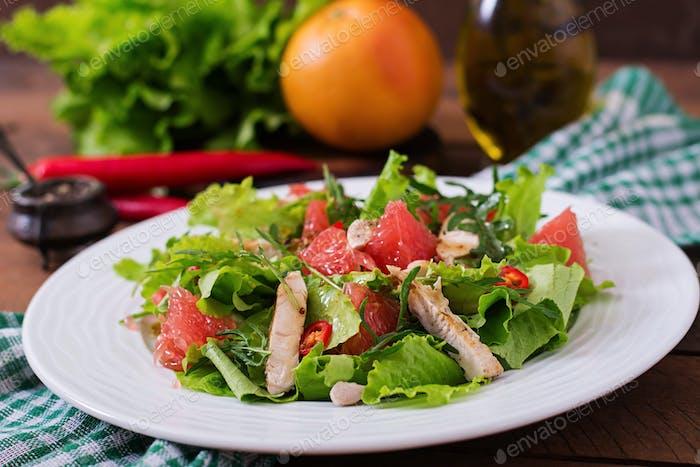 Frischer Hähnchensalat, Grapefruit, Salat und Honig-Senf-Dressing. Diätetisches Menü. Richtige Ernährung.