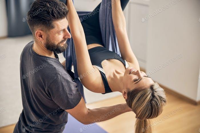 Mujer joven entrenando con entrenador experimentado
