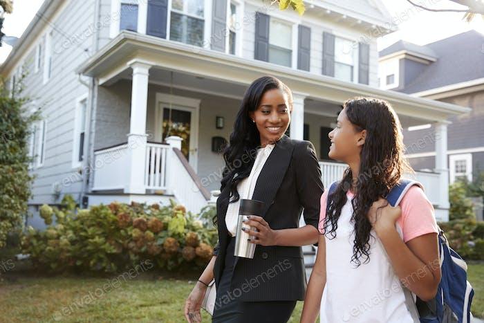 businesswoman Mutter zu Fuß Tochter zurück aus Schule