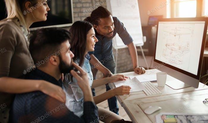Gruppe junger Designer, die als Team arbeiten