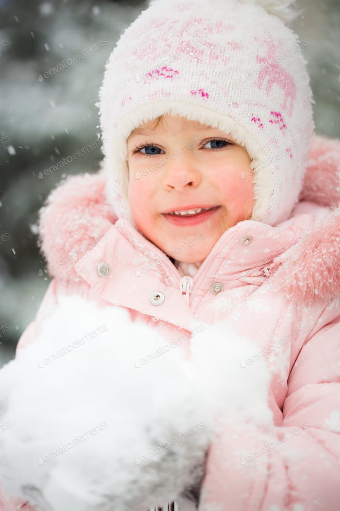 Glückliches Kind im Winter