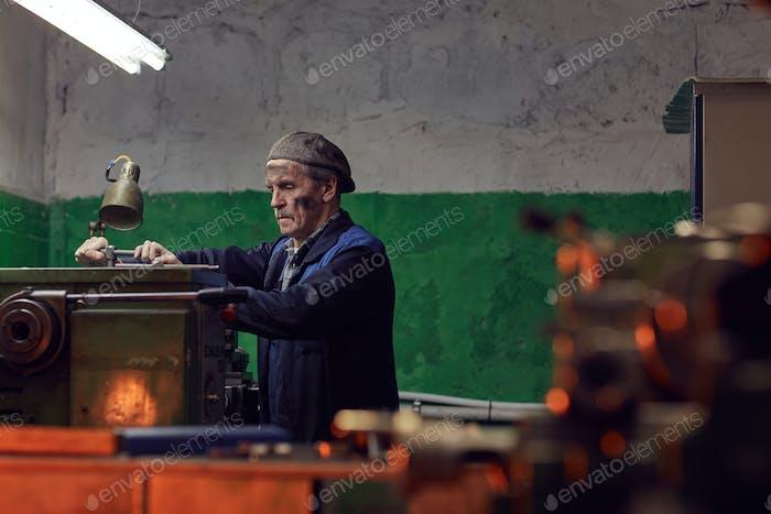 Senior Mann, der in der Anlage arbeitet