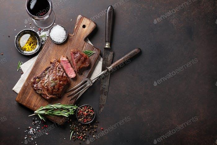 Filete de ternera ribeye a la parrilla con vino tinto, hierbas y especias