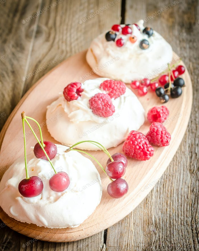 Meringue cakes with fresh berries