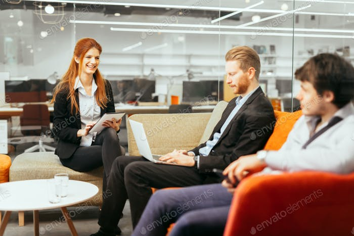 Conversación de Gente de Negocios. Tecnología a Mano