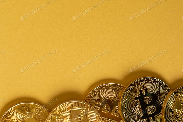 Monedas Bitcoin doradas sobre fondo dorado