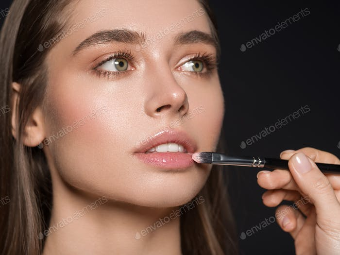 Lippenstift anwenden Frau kosmetische Make-up Glanz