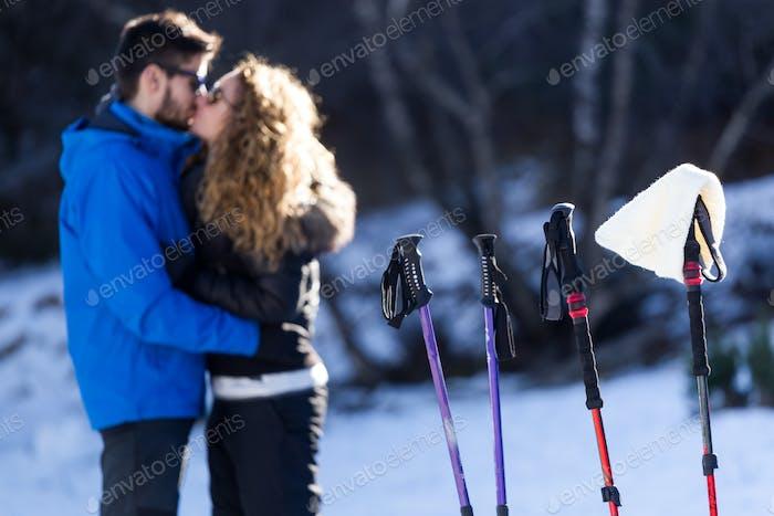 Schönes junges Paar in der Liebe über Winterhintergrund.