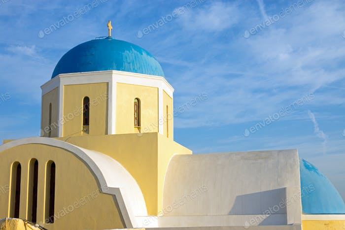 Gelbe Kirche mit blauer Kuppel