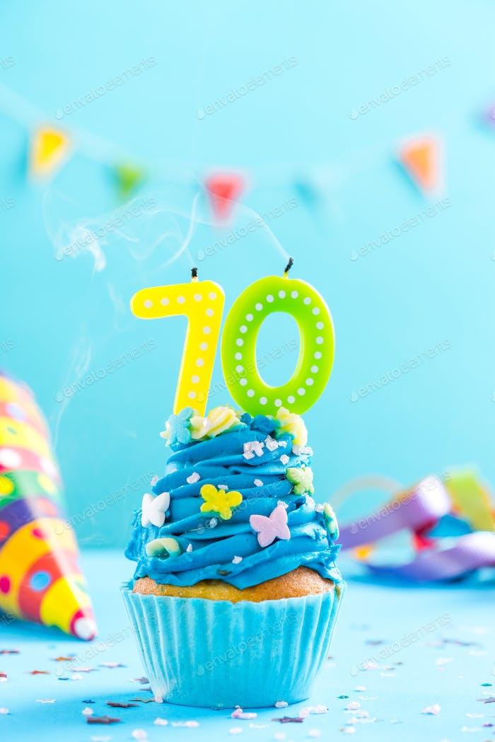 70. Geburtstag Cupcake mit Kerze ausblasen. Karte Mocku