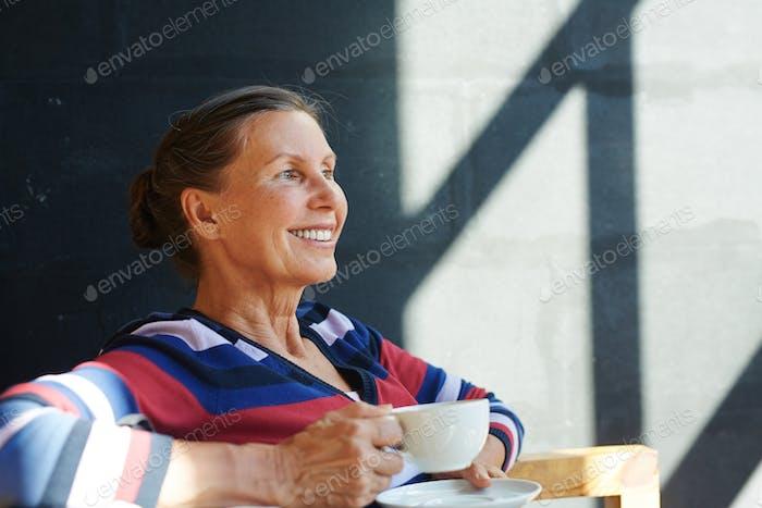 Relajante en la cafetería