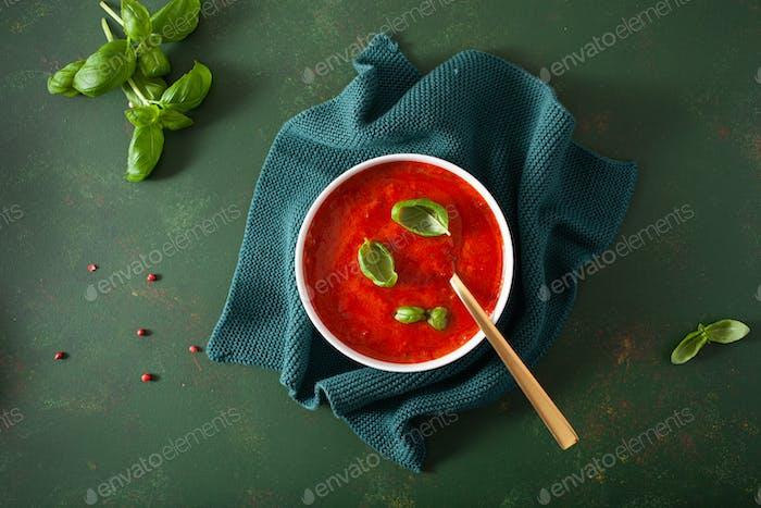 Tomaten und Paprika vegetarische Suppe auf grünem Hintergrund