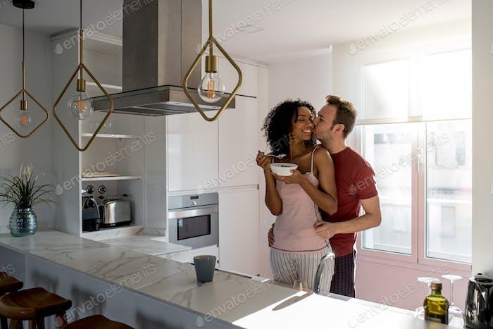 Paar mit Frühstück zu Hause