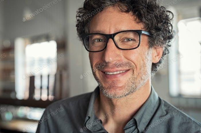 Lächelnder Mann trägt Brille
