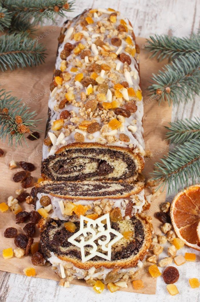 Hausgemachte Mohnkuchen und Fichtenzweige, Dessert für festliche Weihnachtszeit
