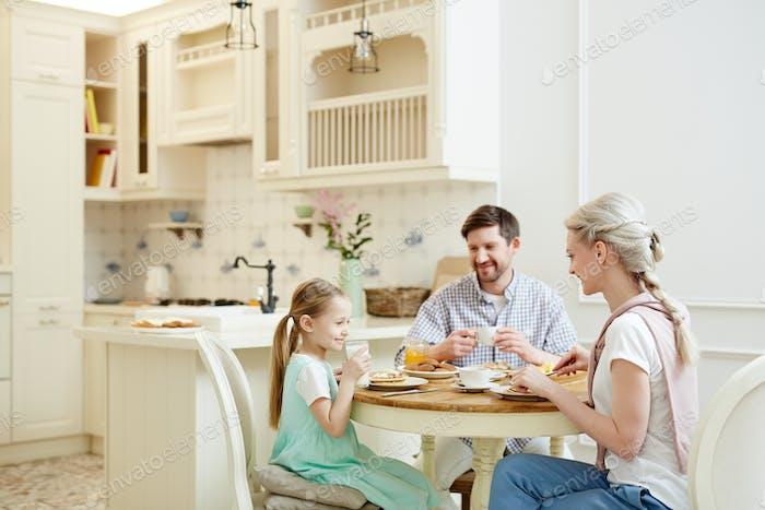 Glückliche Familie mit Frühstück zusammen