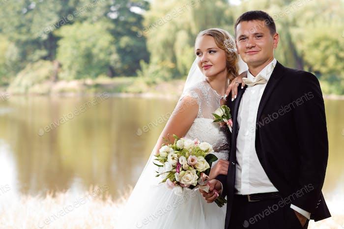 Braut und Bräutigam auf dem Spaziergang