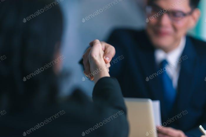 Concepto de negocio, carrera y colocación: imagen de la parte posterior de dos empleadores sentados en el cargo