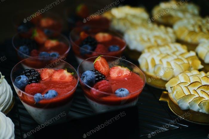 Leckere Desserts auf dem Display im Bäckereigeschäft