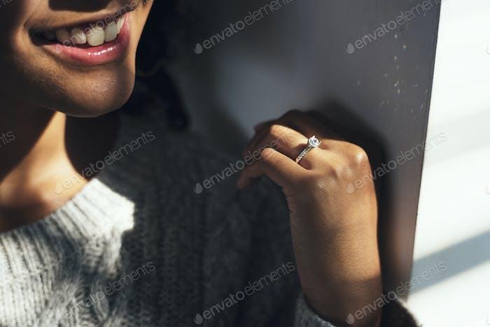 Fröhliche Frau mit Verlobungsring